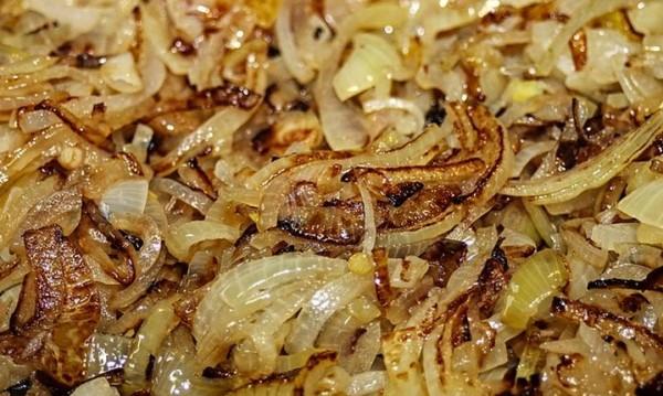 Рецептата Dnes: Задушен лук с бяло вино, сметана и магданоз