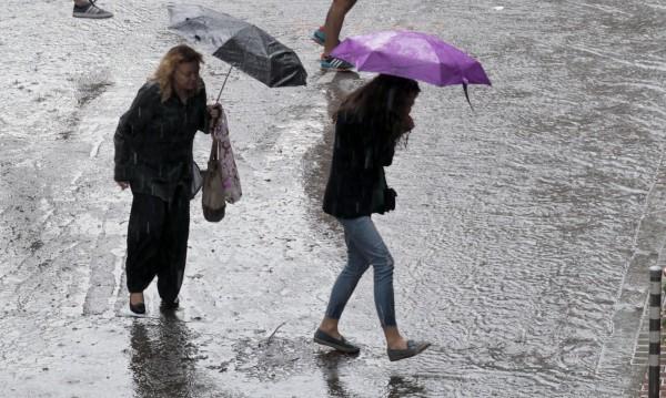 С чадър и днес: Дъжд и гръмотевици ще има следобед!
