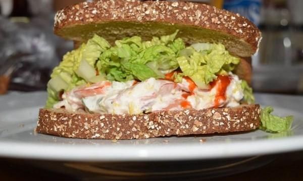 Рецептата Dnes: Сандвич с пиле в сос и зеленчуци