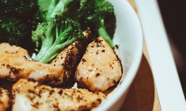 Рецептата Dnes: Пилешко с броколи и пармезан