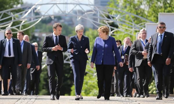 Меркел, Макрон, Мей - пеш по Моста на влюбените и при Борисов