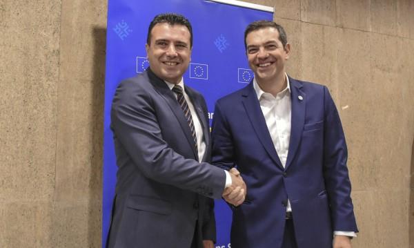 Заев и Ципрас си стиснаха ръцете на срещата в София