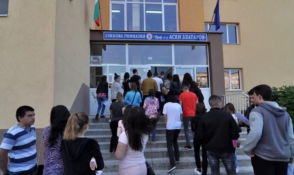 """12 души без """"Вяра"""" във Вапцаров, спипаха ги да преписват на матурата"""