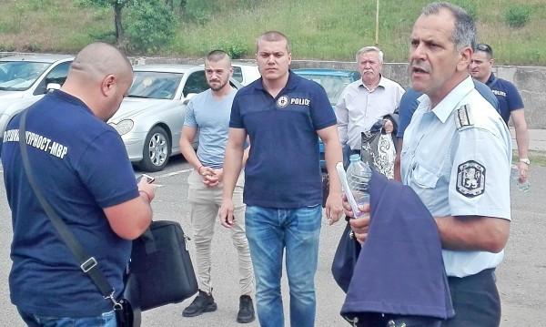 Незаконен пистолет и хилядарки в шефа на КАТ - Благоевград