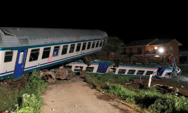 Влак дерайлира в Италия, двама души загинаха
