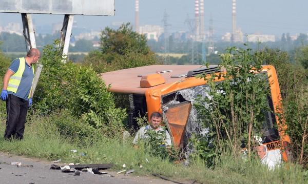 """Тираджията, ударил автобус на """"Тракия"""", заспал на волана"""