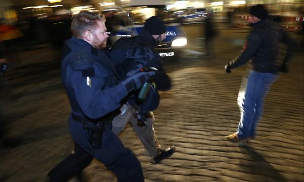 Десетки мигранти нападнаха полицаи в Дрезден