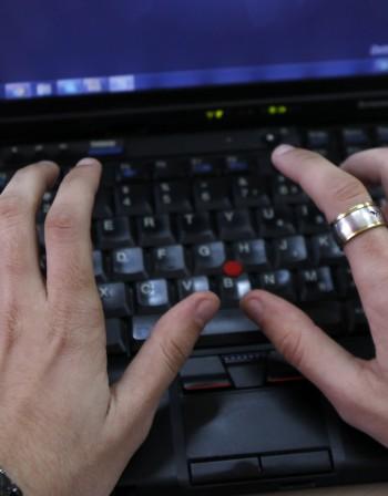 ГДБОП задържа мъж, склонявал малолетни към порнография в нета
