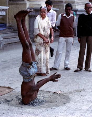 Стойка на глава – една от основните в йогата