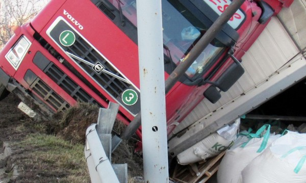 ТИР и цистерна се удариха, пострадаха шофьорите