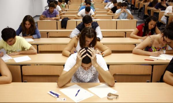Кандидат-студенти на изпит по БЕЛ в Софийския университет