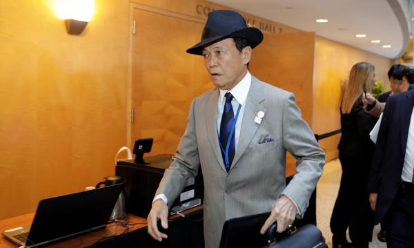 Японският финансов министър връща едногодишната си заплата