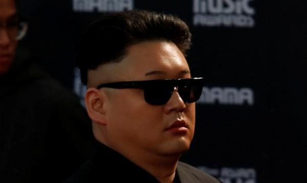 Имитатор на Ким задържан за разпит в Сингапур