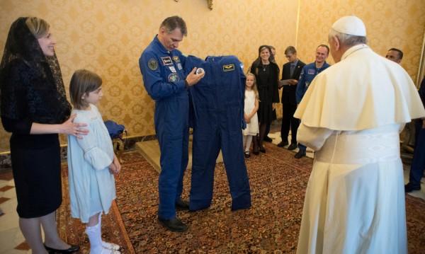 Папата със специален дар от астронавти