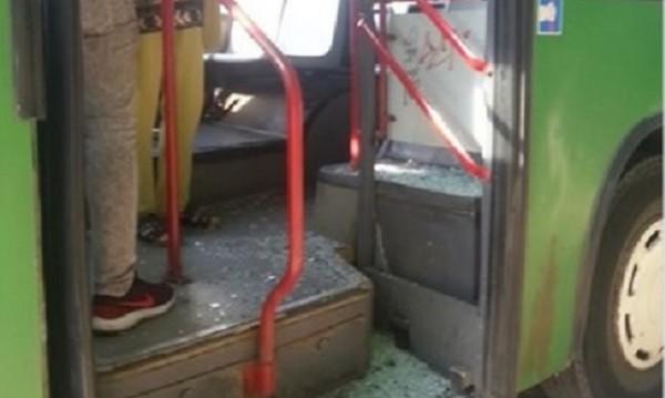Ужас от автобус №88! Стъкло се пръсна в движение