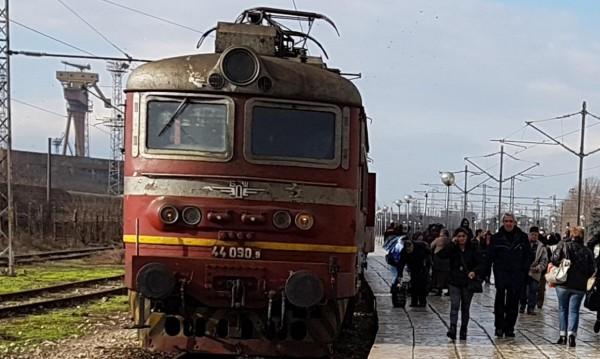 """Приключението """"БДЖ"""": Влак пламна в движение, а пътниците – пеш"""