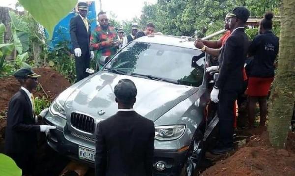 Към рая – със стил! Нигериец погреба баща си в BMW Х6 за $66 000