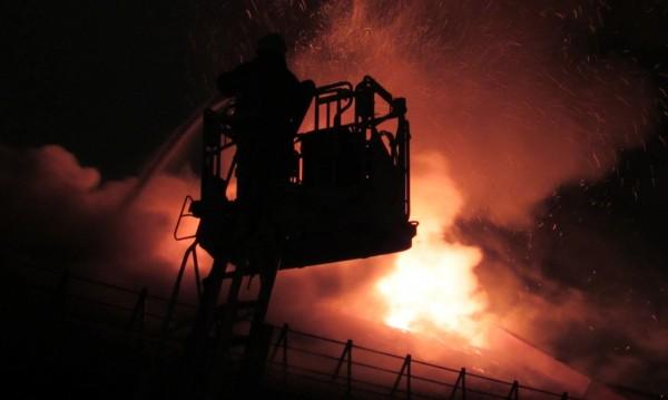 Мълния удари къща в Сандански. Покривът – в пламъци