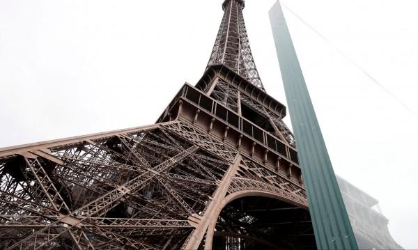 Айфеловата кула с нов облик... Слагат й бронежилетка