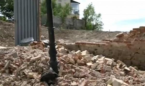 Вятър събори стена на изоставена къща в Пловдив