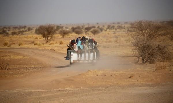 """""""Върви или умри"""": Мигранти прогонени в бързия убиец – Сахара"""