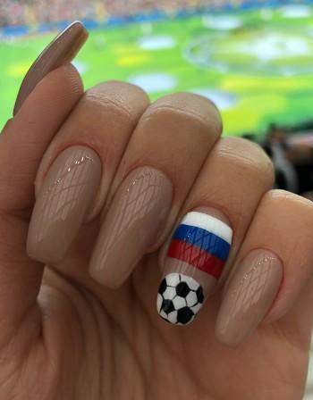 Футболни фенки луднаха по маникюр с... руското знаме