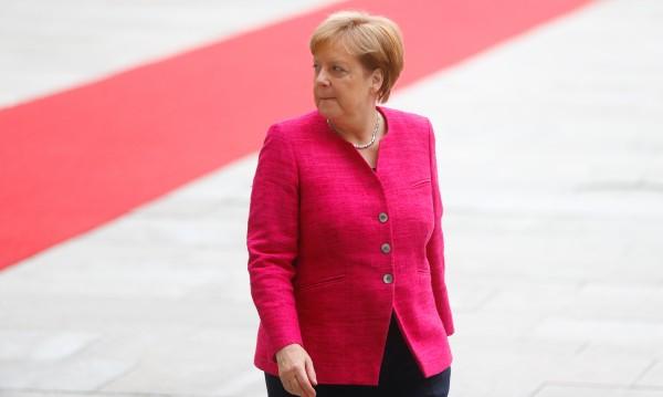 Ще оцелее ли? Меркел търси решаваща помощ от ЕС