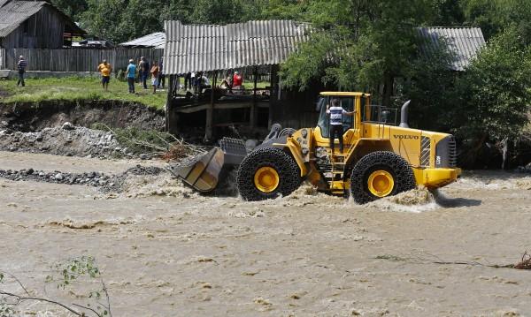 Порои и в Румъния: Стотици са евакуирани, един загина