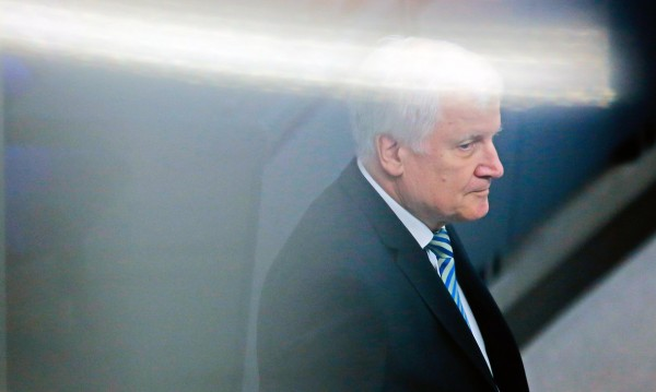 Криза в Германия: Зеехофер хвърля оставка, Меркел мълчи!