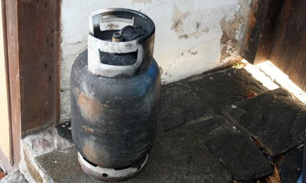 75-годишен в болница след взрив на газова бутилка