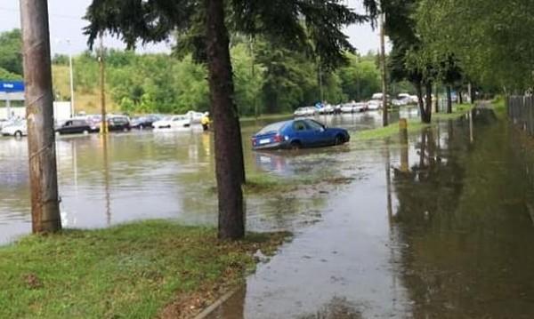 Порои удариха Перник, наводниха улици и сгради