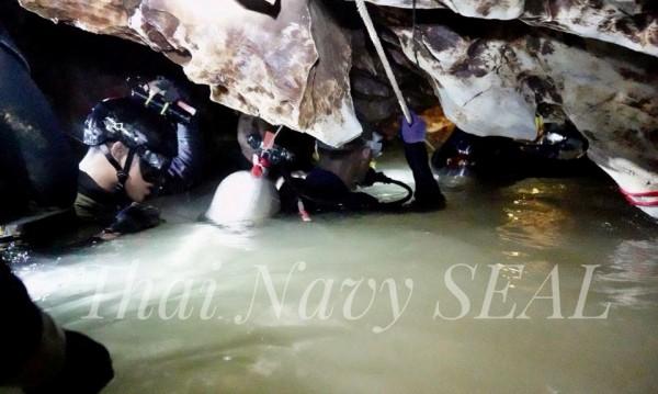 Драмата в пещерата: В Тайланд се надпреварват с времето