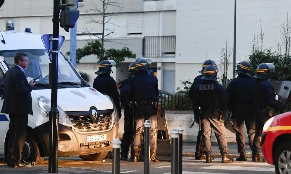 Полицаят, убил младеж във Франция - под стража