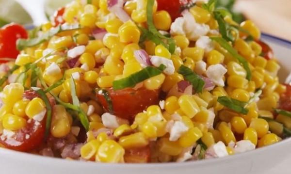 Рецептата Dnes: Салата с царевица и домати