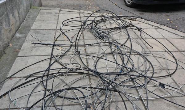 Жена загина след токов удар – спъна се в провиснал кабел