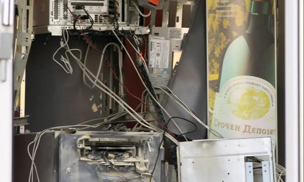 Двама отмъкнали 200 бона от взривения банкомат в Пловдив?