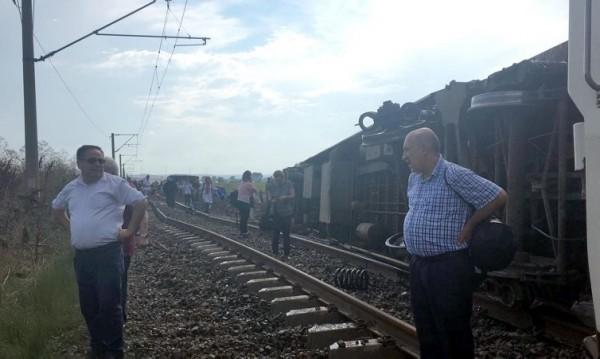 Влак дерайлира в Турция, има жертви и ранени