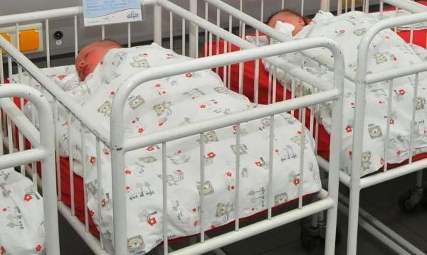 Правителството мисли: Как да увеличи броят на бебетата?