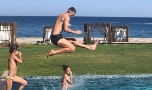 Бербатов демонстрира умения при скокове в басейн