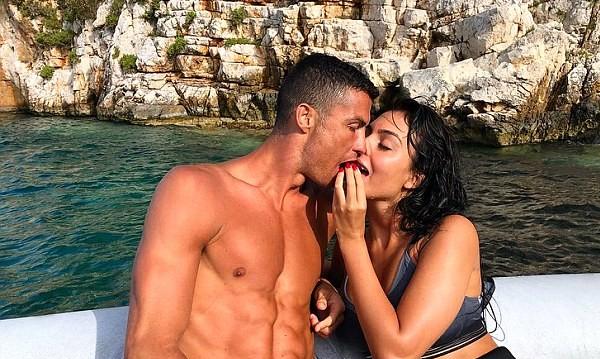 Кристиано Роналдо с Джорджина на романтична вълна в Гърция