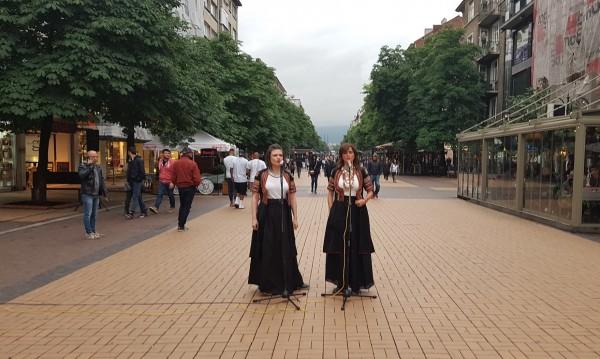 Нина Николина и Таня Първанова запяха на улицата