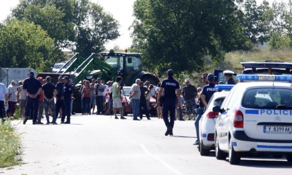 Фермери на протест в Болярово, бранят животните си