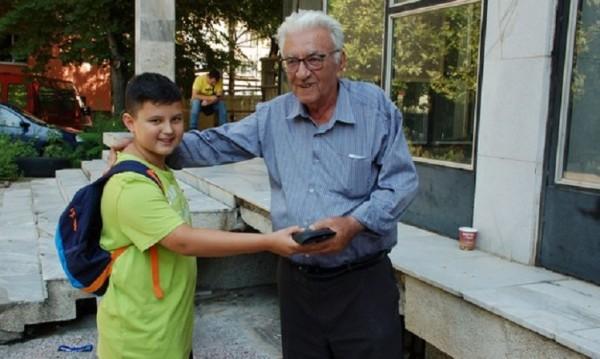 Добрата новина: Дете върна портмоне с 1200 лева на дядо