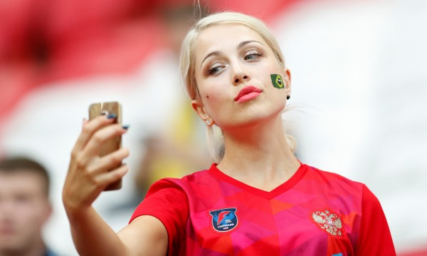 Ще посегне ли ФИФА на секси фенките на трибуните?