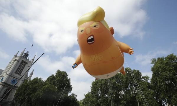 """Ето - тук съм! Надуваемо """"бебе Тръмп"""" в небето на Лондон"""