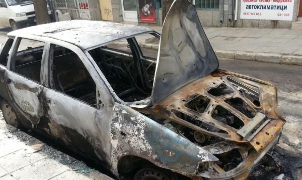 Кола пламна в движение, шофьорът с опасност за живота