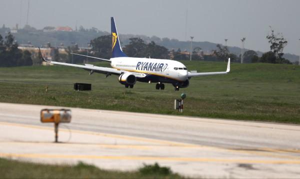 Самолет на Ryanair кацна аварийно, 33 души били зле