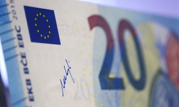 Белезници за чужденец, хвърлил 20 евро на катаджии