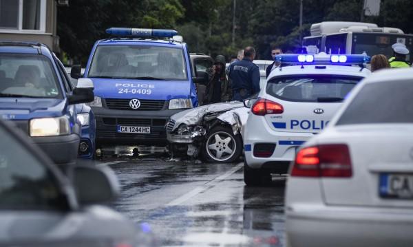 Рисково шофиране, полицейско преследване и... 7 ударени коли в София