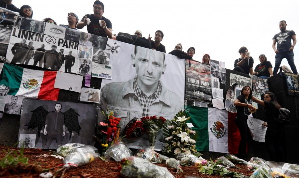 Година мина: Светът още страда за Честър Бенингтън